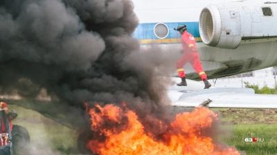 Вынужденная посадка и пожар: в Курумоче тушили самолет из Москвы