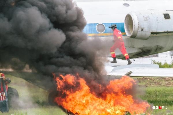Авиационные спасатели вытаскивали условно пострадавших с горящего борта