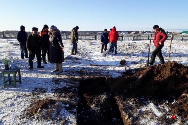 Жители не разрешили хоронить мужчину на мусульманском кладбище, даже закопали свежевырытую для негомогилу