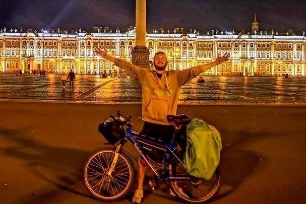 Бармен из Красноярска проехал на велосипеде до Питера, чтобы увидеть город мечты