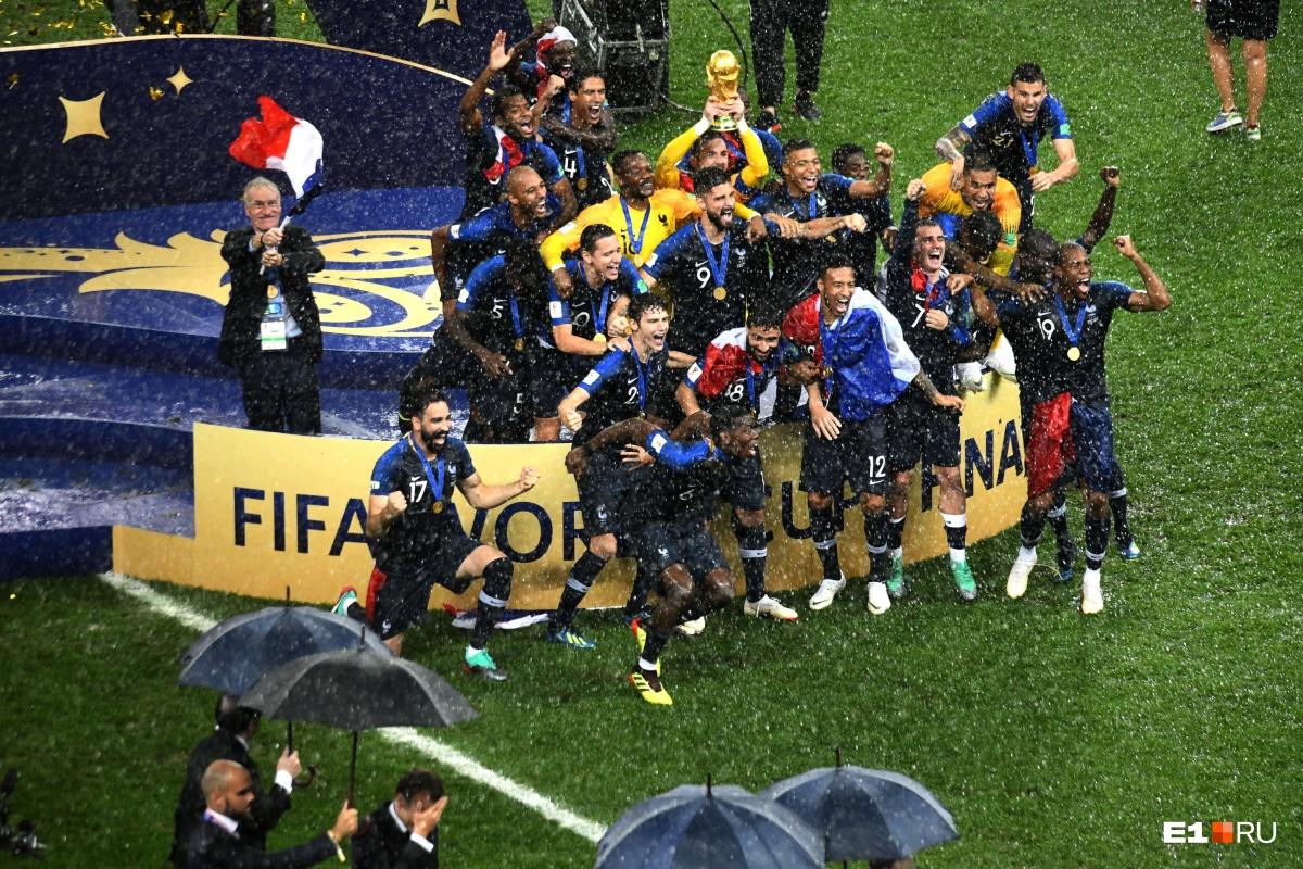 Мы снимали не только екатеринбургские игры чемпионата мира по футболу. Это кадр после финального матча, который прошел в Москве. Сборная Франции  празднует свою победу