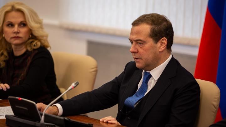 Как Медведев съездил в Кольцово: оцепление, подробности совещания и одна шутка от премьер-министра