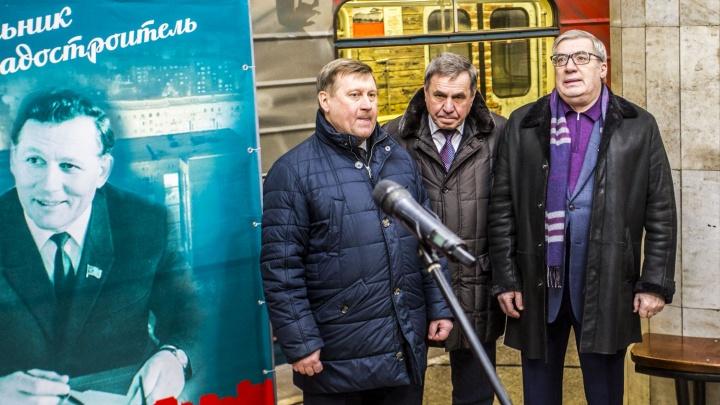 Поезд метро украсили фотографиями бывшего главы города, построившего мост