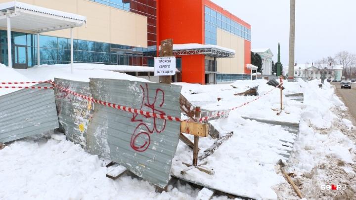 Застройщик — о причине обрушения пешеходного прохода у ТЦ в Перми: «Снег быстро потяжелел»