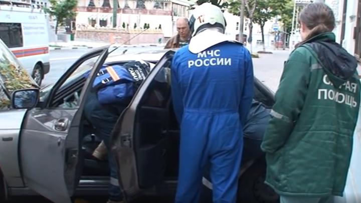 «Потерпи маленько»: спасатели показали, как доставали пассажиров из ВАЗа, который врезался в дом