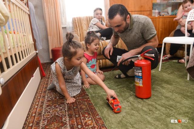 Подарками от МЧС с радостью играют дочки