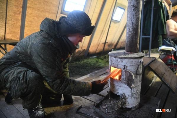 В палатке с купелью для военнослужащих и их семей поставили печку
