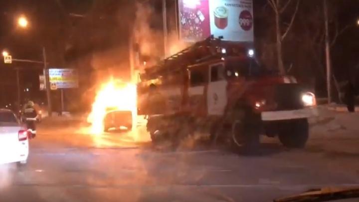 Видео: на Сибиряков-Гвардейцев вспыхнула машина
