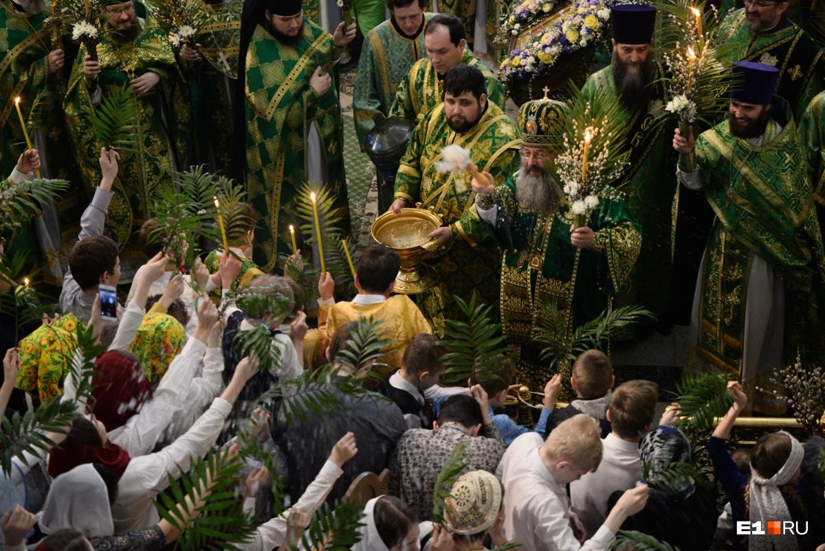 Верующих окроплял святой водой митрополит Кирилл