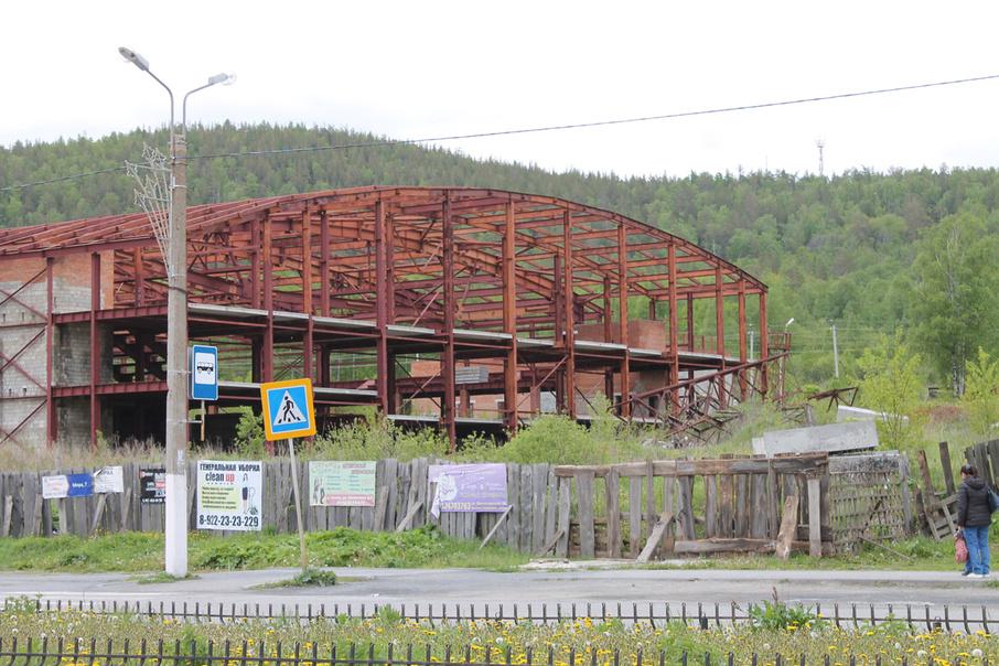 Недострой обнесли деревянным забором лишь после трагедии