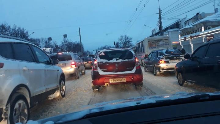 Десять баллов в час пик: Ярославль встал в вечерние пробки