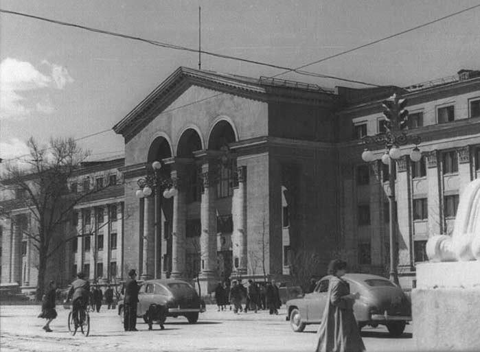 В 80-х годах на здании появилсягерб, который весит полторы тонны, и надпись «Имени А. М. Горького»