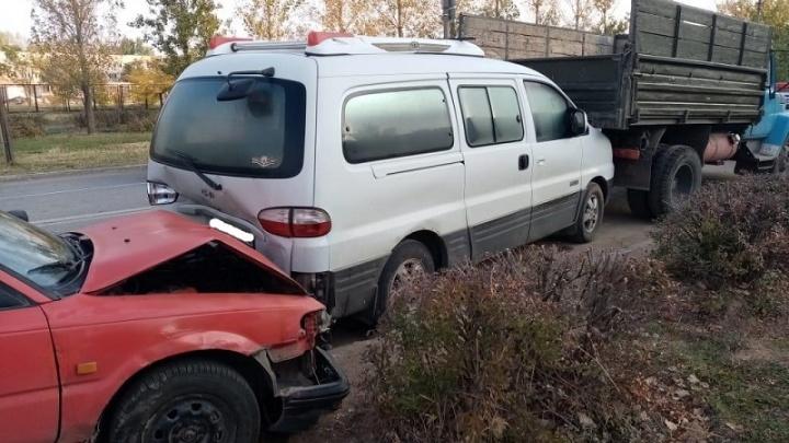 В Волжском столкнулись легковушка, микроавтобус и грузовик