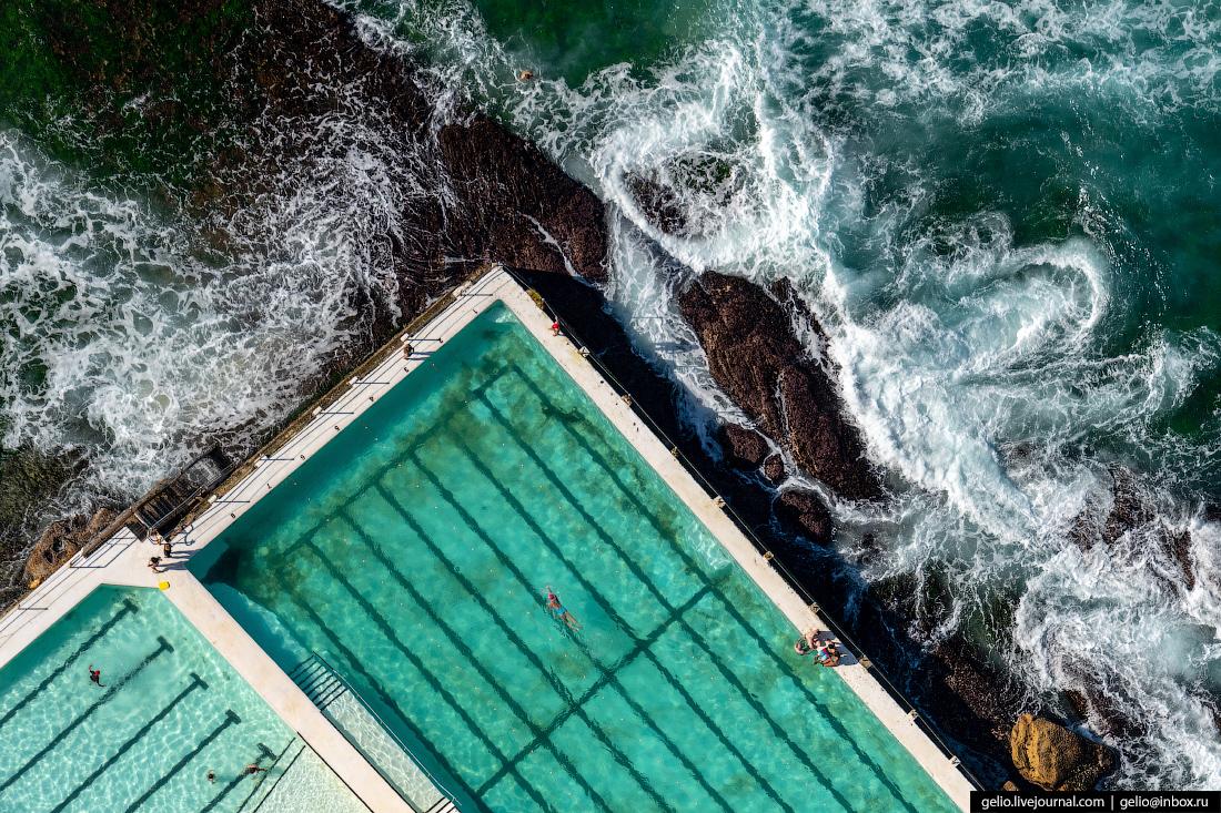 «С вертолёта самое интересное, что получилось снять, — отвесные кадры сверху вниз: отдыхающие и эти бассейны — никогда такое не встречал, чтобы люди загорали, плавали, а там в двух метрах от них бушуют волны», — вспоминает фотограф