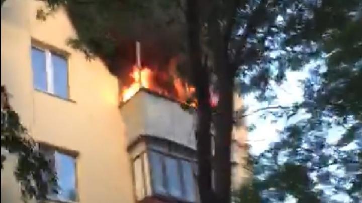 «Был сильный и громкий хлопок»: с горящего балкона на 4-м этаже многоэтажки на ВИЗе выпрыгнул парень