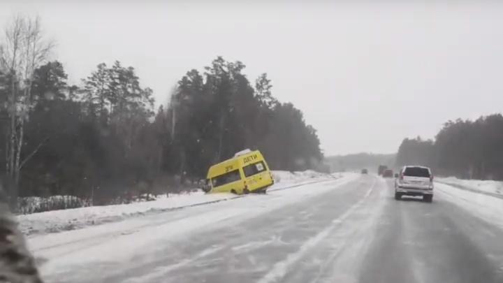 Водители жалуются, что скользко: дорожники проверят трассу под Тюменью, где утром случилось два ДТП
