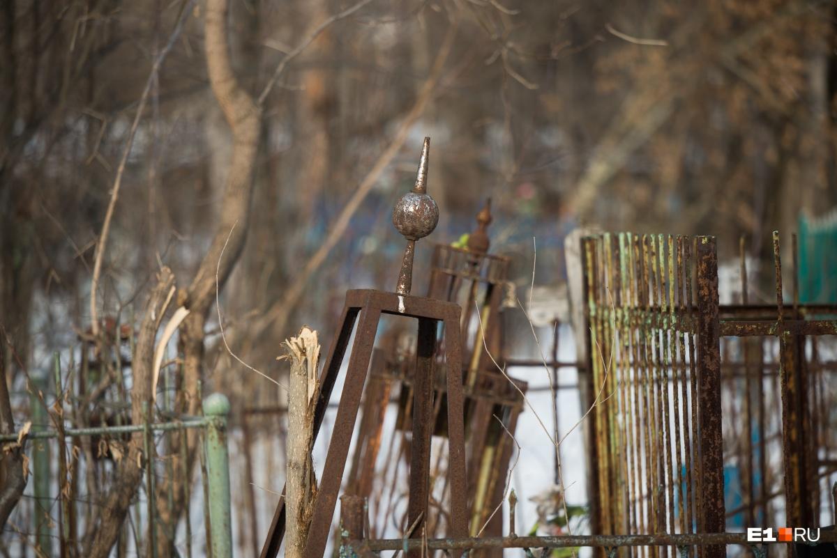 На кладбище много старых запущенных могил