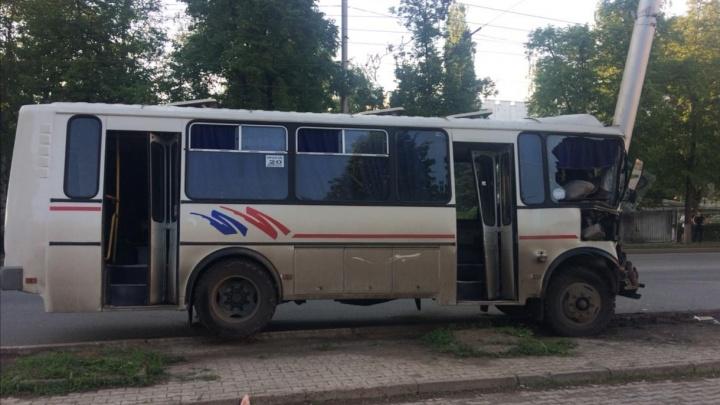 Пять пострадавших: в Уфе маршрутка врезалась в столб