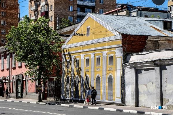 И на главной улице города — Большой Покровской — имеются дома с липовыми фасадами