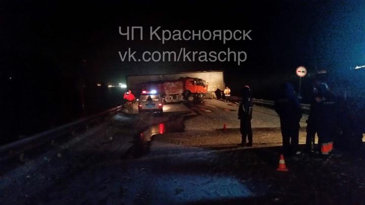 Красноярцы несколько часов стояли в пробке на трассе из-за столкновения фуры и КАМАЗа