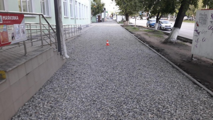 Дорожный рабочий, ремонтируя тротуар возле библиотеки Маяковского в Кургане, сбил женщину