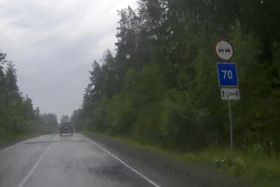 Знак 3.20 «Обгон запрещён» стоит в начале участка со множеством слепых поворотов. Табличка «Зона действия» относится только к нижнему знаку «Рекомендуемая скорость» (см. примечания к разделу «Знаки дополнительной информации»).