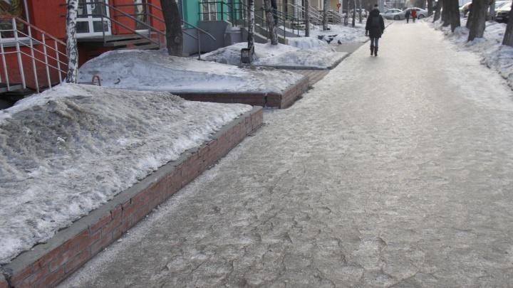 Спасайся кто может: тротуары стали такими скользкими, что МЧС пришлось сделать памятку для пешеходов