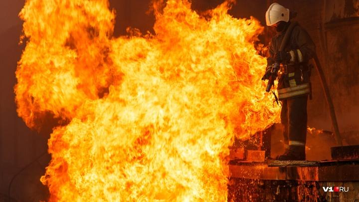 В Волгограде тушат крупный пожар в жилом доме