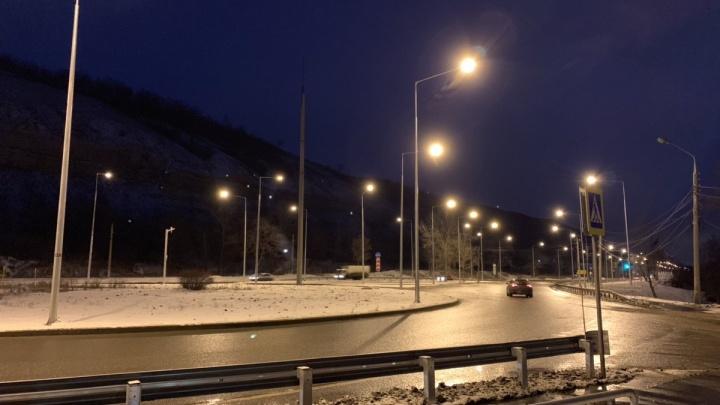 На Красноглинском шоссе включили уличное освещение