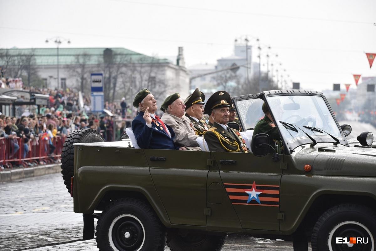 Перед проходом войск ветеранов на военных автомобилях провезли по площади 1905 года