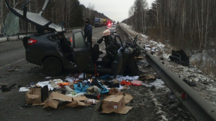 Две машины в хлам: два человека погибли в страшном ДТП с грузовиками на Тюменском тракте