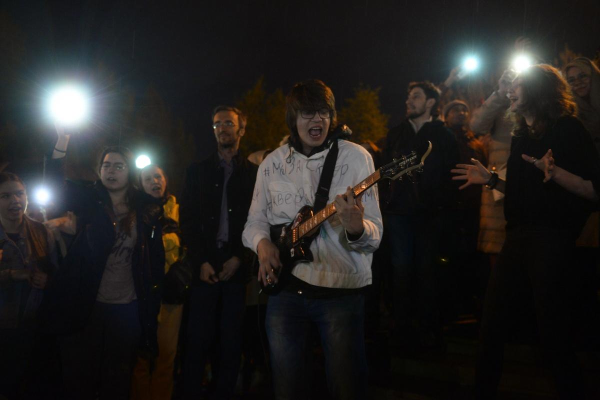 В сквере больше пели, чем протестовали