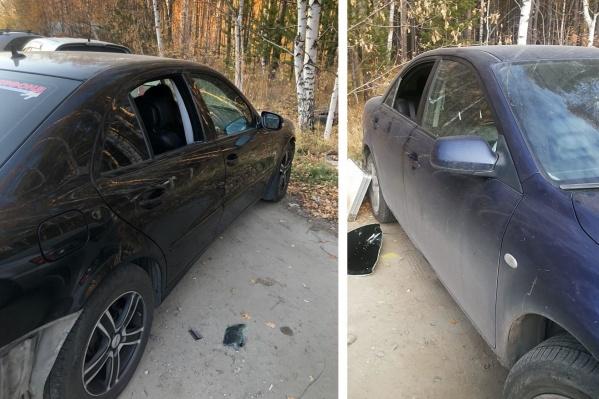 Кражи происходят по одному сценарию: воры разбивают задние стёкла у машин и беспрепятственно проникают в салон