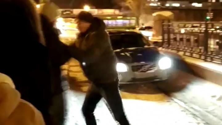На Восточной парень закрыл собой проезд по трамвайным путям автохаму: конфликт попал на видео