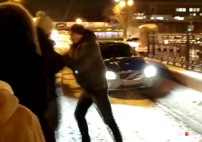 Водитель пытался вытолкать с дороги парня, закрывшего ему путь