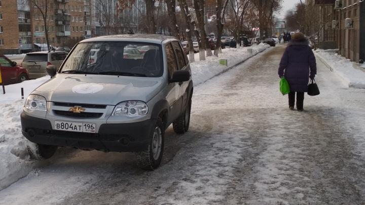 «Я паркуюсь как...»: наглые захваты тротуаров и вежливая записка под стеклом