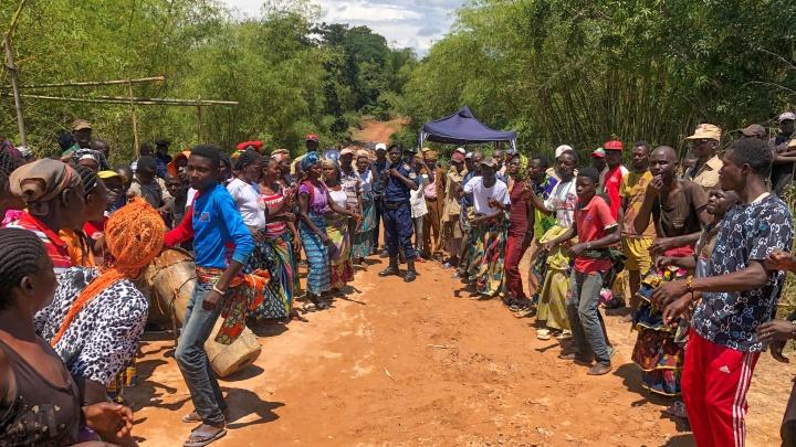 Угрожали, что отнимут камеру: сибиряк проехал по стране, где орудуют банды и распространяется Эбола