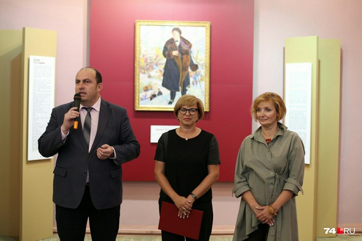 Для портрета в галерее освободили целую стену