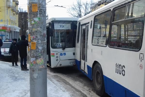 Травмированных пассажиров автобуса увезли на скорой