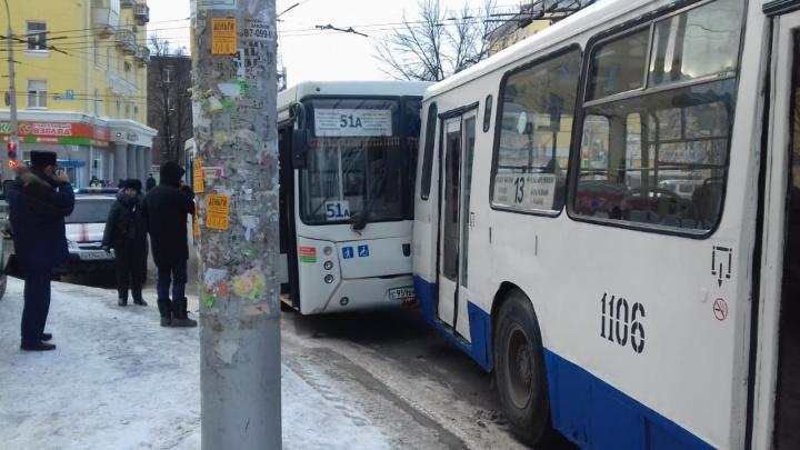 В Уфе НЕФАЗврезался в троллейбус: пострадал ребенок и 20-летняя девушка