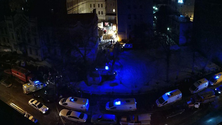 Спасатели проверили здание университета в Питере, где рухнула крыша, и не нашли людей под завалами