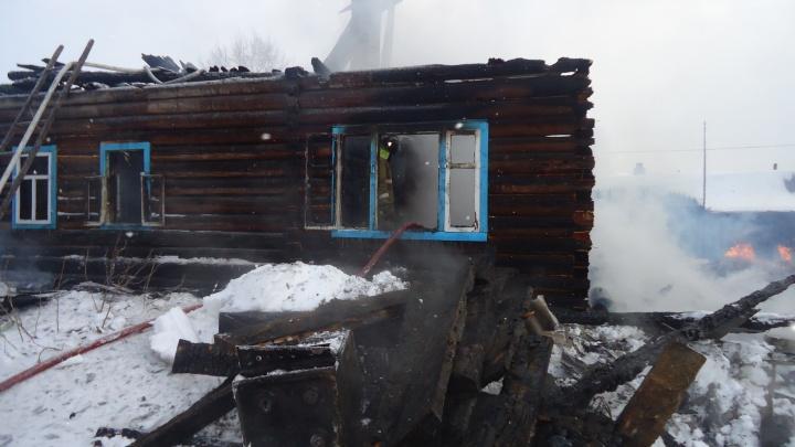 Обнаружили тела, когда потушили дом: в Вельском районе супруги-пенсионеры погибли при пожаре