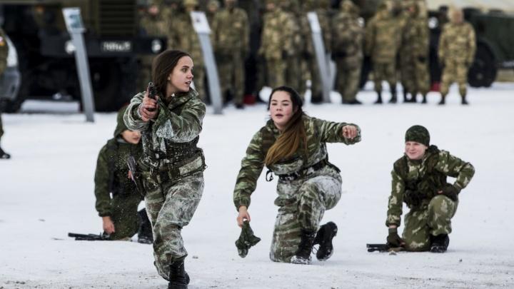 Военные устроили показательную драку со стрельбой