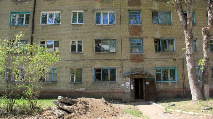 Омичей решили переселить из аварийного жилья в разваливающийся от сыростидом