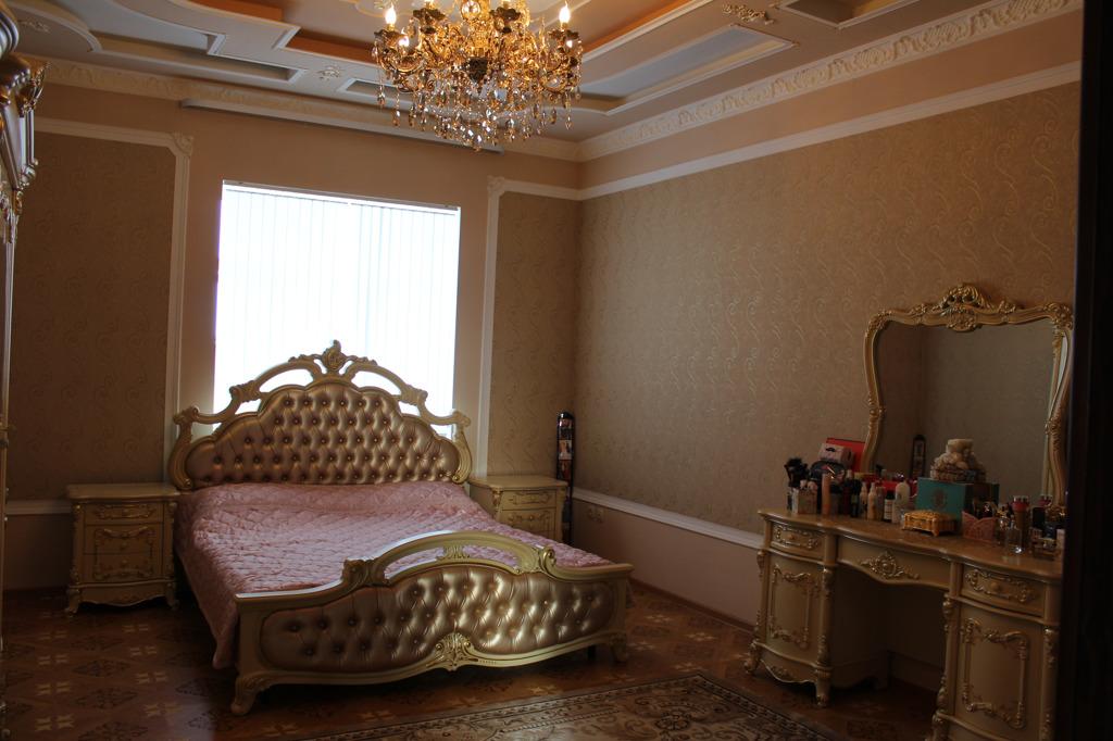 Одна из спален с золотой кроватью