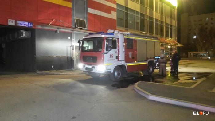 Пожар начался с фасада здания