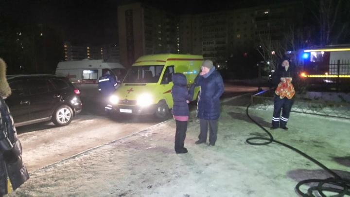 Три человека пострадали во время пожара в микрорайоне Компрессорном