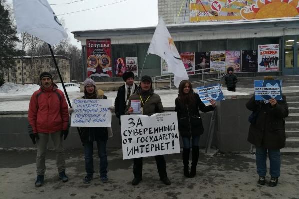В пикете приняли участие пять человек — на этом фото к протестующим присоединилась ещё и прохожая