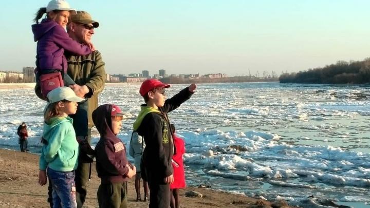 Падение в Иртыш: омич рассказал, как живут его маленькие дочери после происшествия на набережной