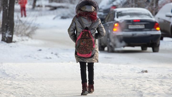 Дома остаются только младшие: в школах Челябинска третий день подряд отменили уроки